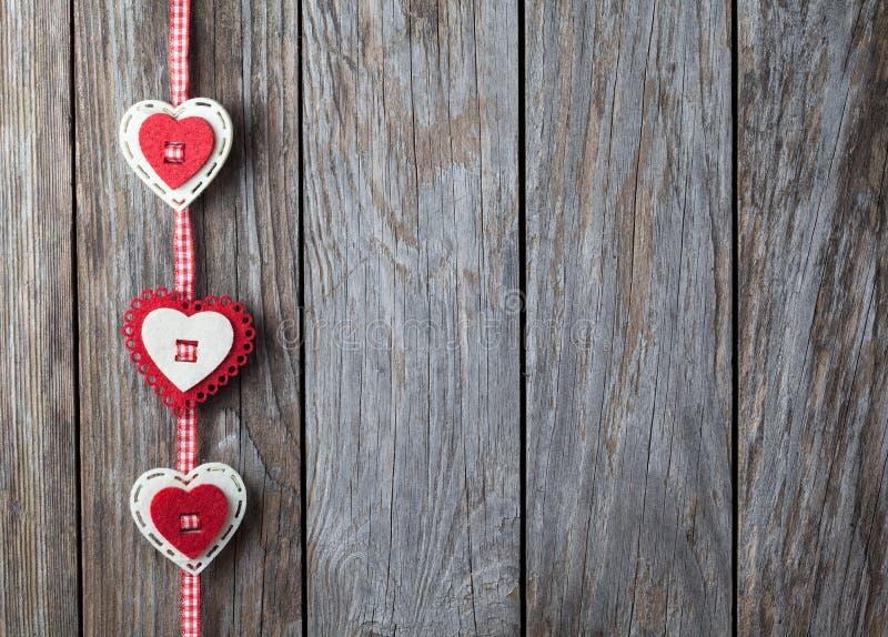 垂悬在老木背景的心脏 免版税库存照片