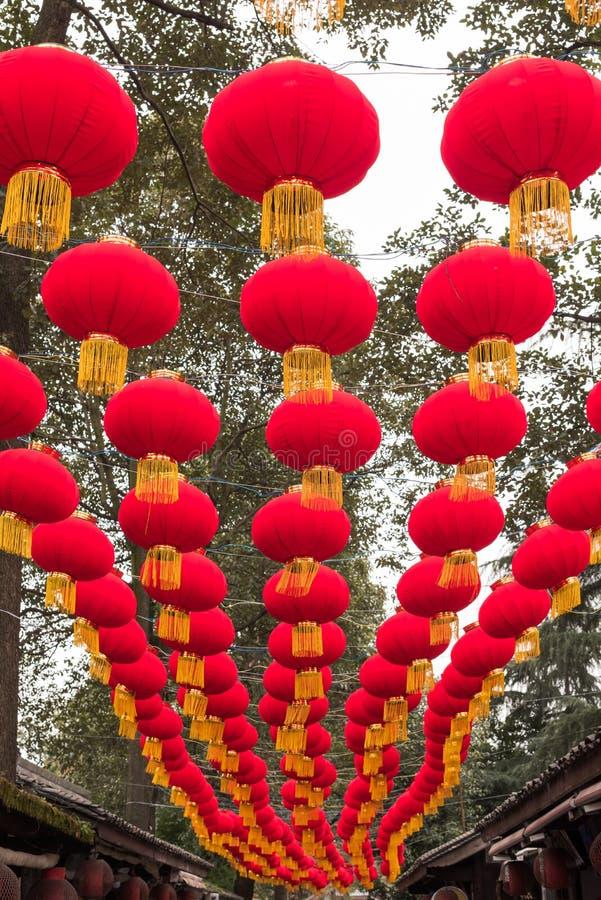 垂悬在街道的红色中国灯笼行  库存照片