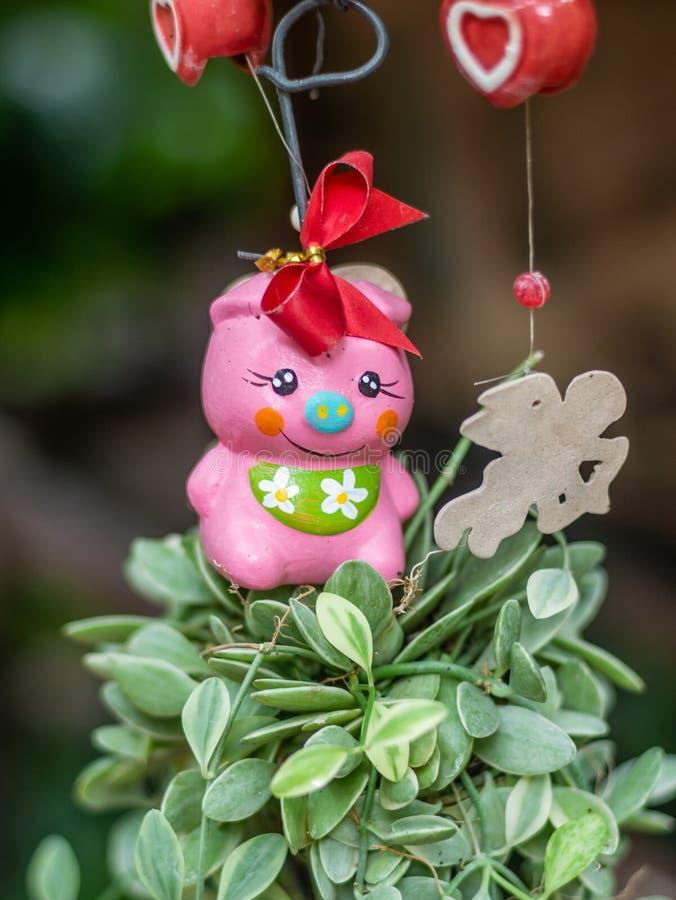 垂悬在装饰的庭院里的流动玩偶 免版税库存照片