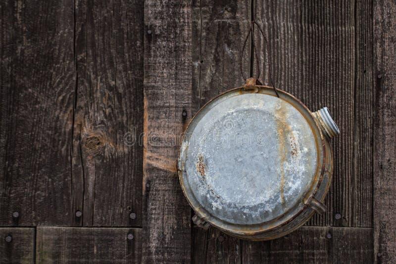 垂悬在谷仓房屋板壁的老水军用餐具 图库摄影
