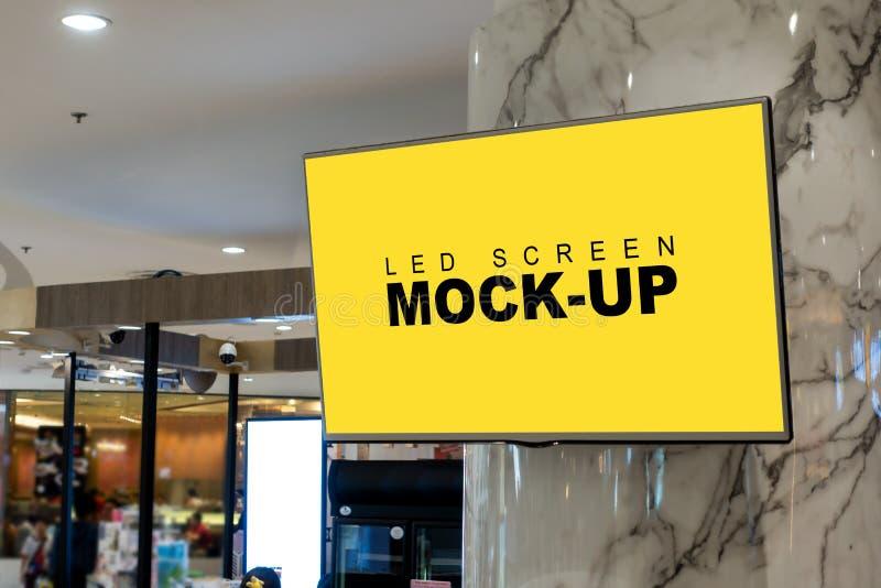 垂悬在购物中心的空白的广告的LED屏幕显示 图库摄影