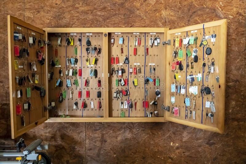 垂悬在车库或服务站的钥匙 免版税库存照片