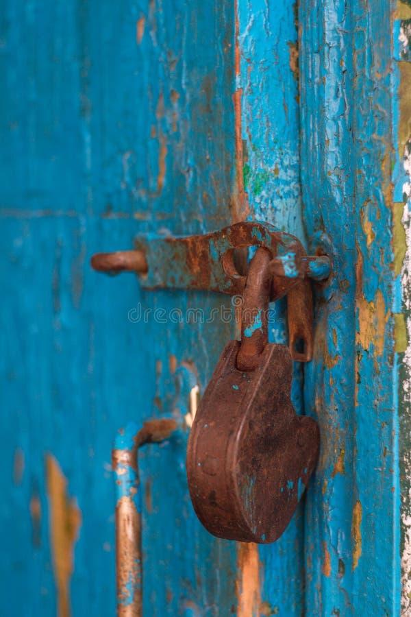 垂悬在门的老挂锁 库存照片