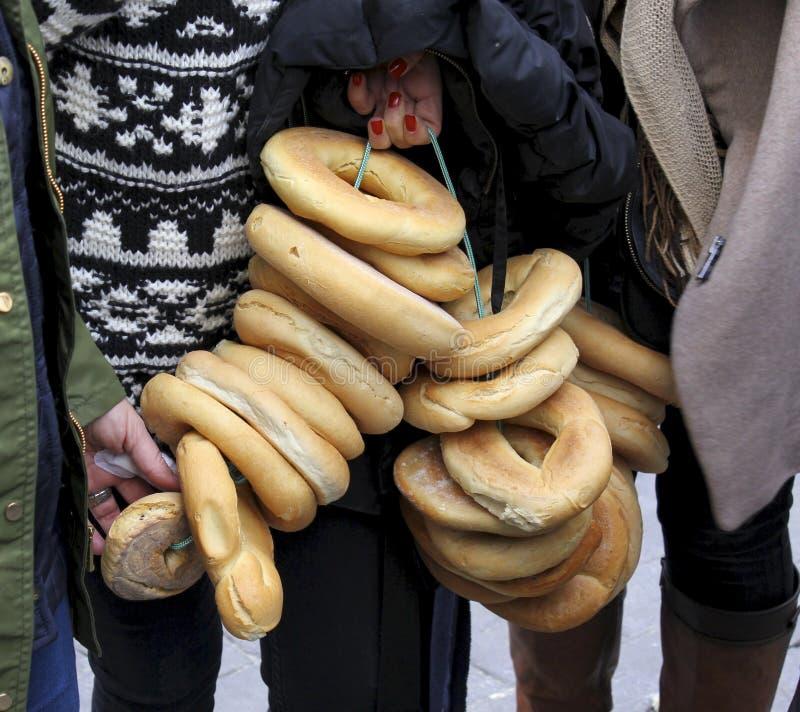 垂悬在绳索的面包回合在面包节日和圣塞瓦斯蒂安在西班牙 免版税库存照片