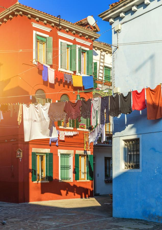 垂悬在Burano海岛外面,威尼斯典型的房子的洗衣店, 免版税图库摄影