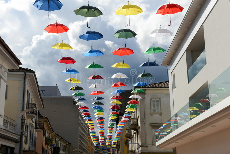 垂悬在Chia步行街道上的许多五颜六色的伞  免版税库存照片