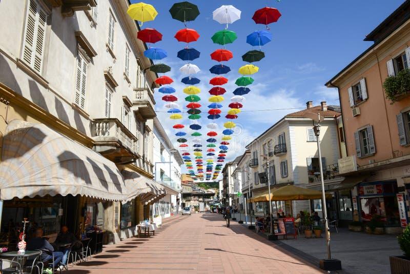垂悬在Chia步行街道上的许多五颜六色的伞  图库摄影