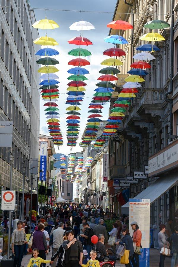 垂悬在Chia步行街道上的许多五颜六色的伞  免版税图库摄影
