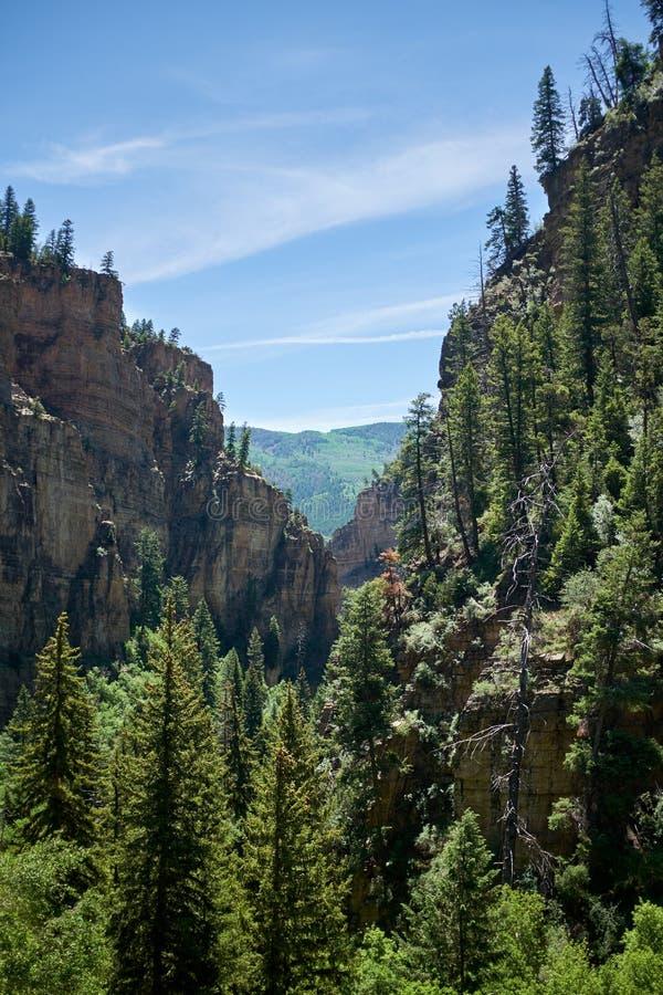 垂悬在Glenwood峡谷,科罗拉多下跌 库存图片