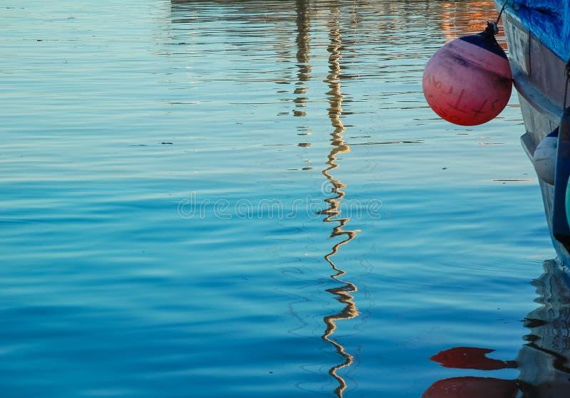 垂悬小船的浮体 免版税图库摄影