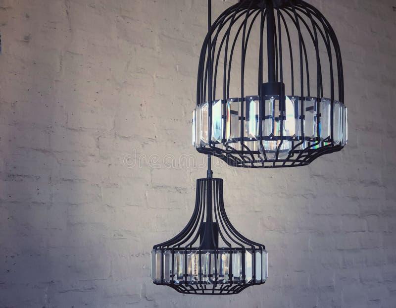 垂悬现代轻的灯在墙壁 库存图片