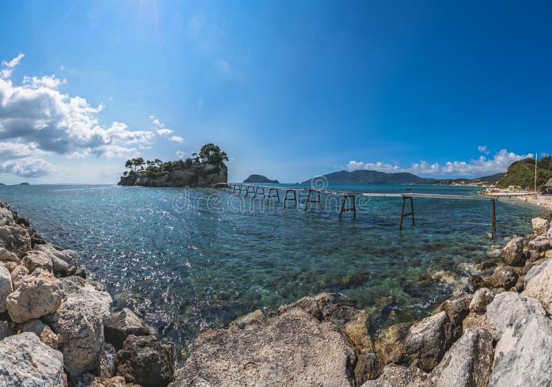 垂悬的人行桥到有浮雕的贝壳海岛 免版税库存图片