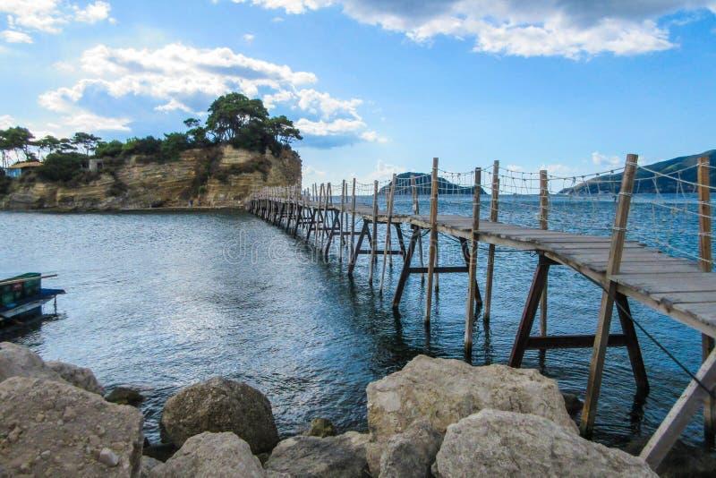 垂悬的人行桥在Laganas到有浮雕的贝壳海岛, Zante,希腊 免版税库存照片