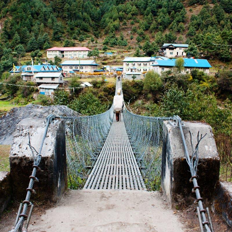 垂悬的人行桥ower marsyangdi nadi河 免版税库存图片