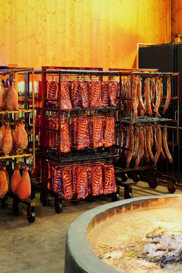垂悬的传统被治疗的法国肉成熟的地窖在法兰奇伯爵大学烟房子里 免版税库存照片