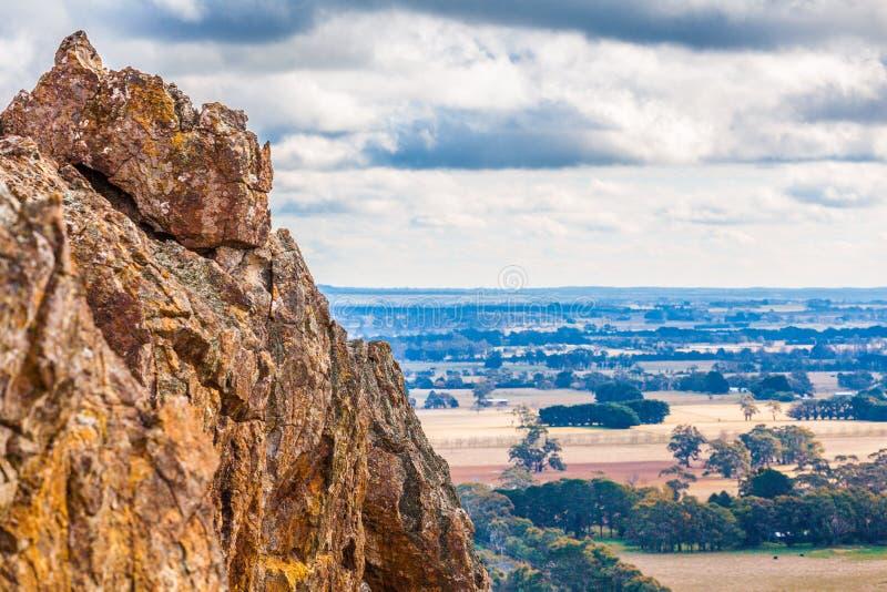 垂悬的岩石和乡下Macedon范围的 库存照片