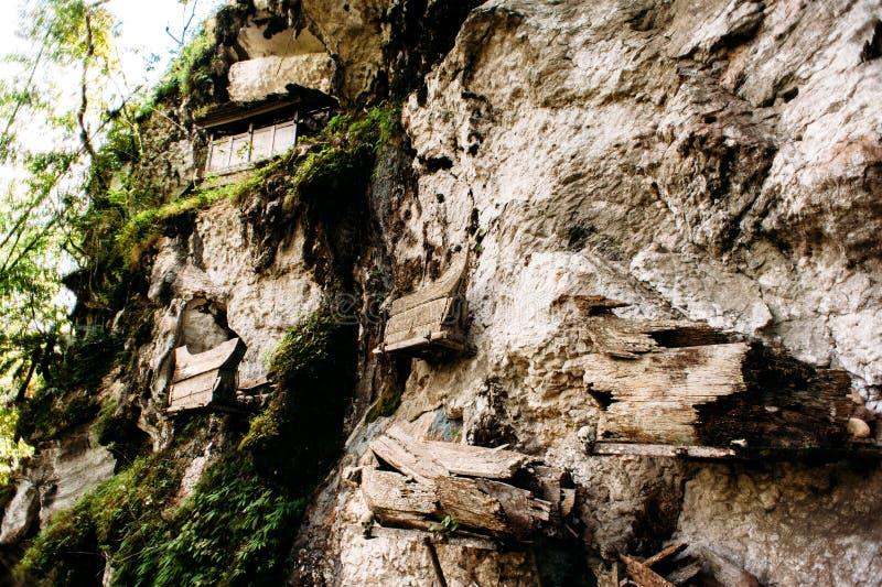 垂悬的棺材,坟墓 有附近头骨和骨头的老棺材在岩石 传统掩埋处,公墓Kete Kesu在Rantep 图库摄影