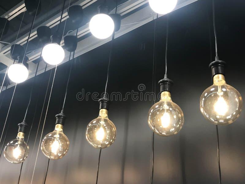 垂悬的灯和电灯泡行  库存照片