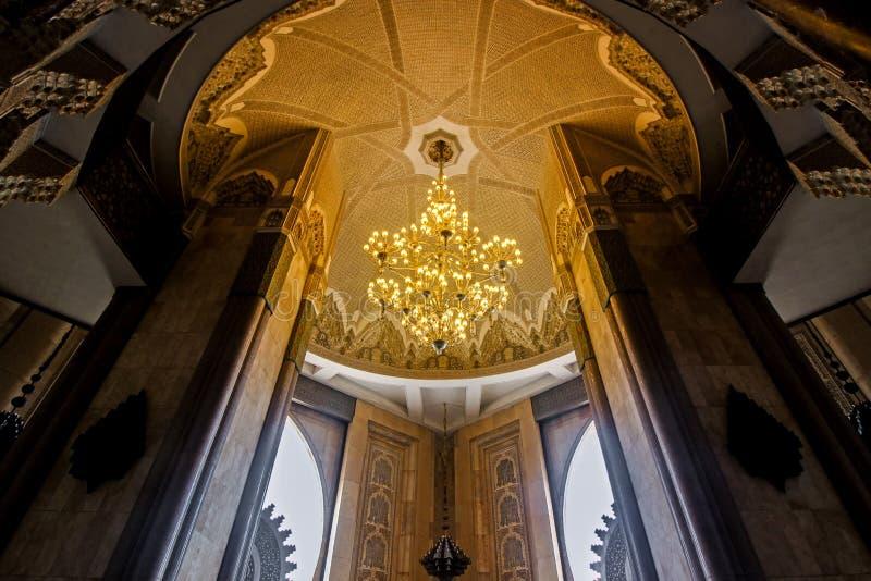 垂悬的灯在哈桑二世清真寺里面的天花板 免版税库存图片