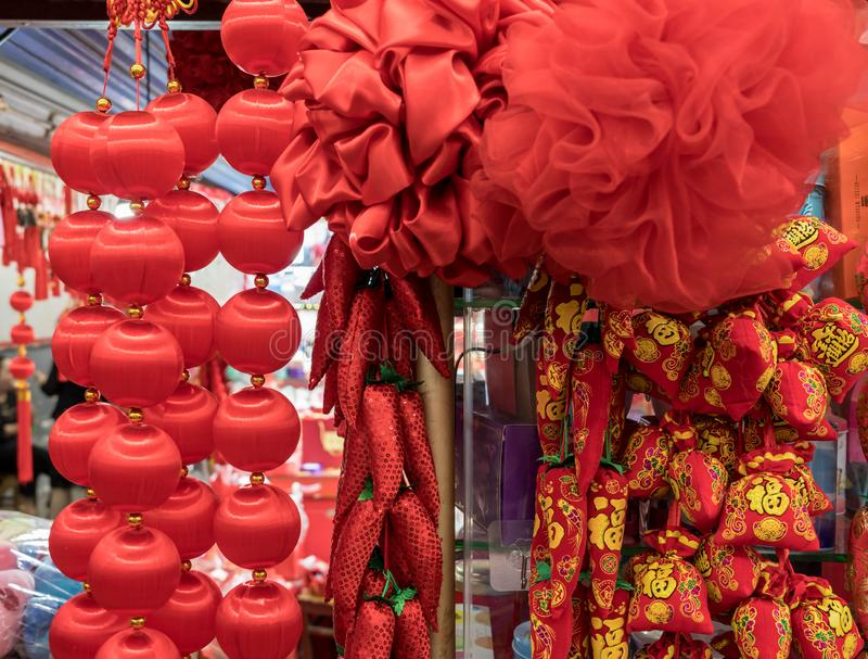 垂悬的红色新年礼物和装饰在拱廊 库存照片