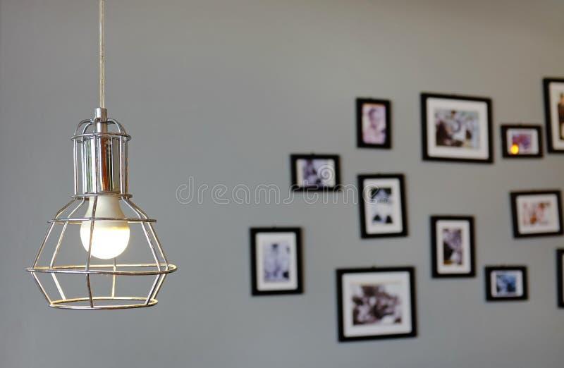 垂悬的葡萄酒样式灯装饰对有迷离图片和框架背景的灰色墙壁 免版税库存图片