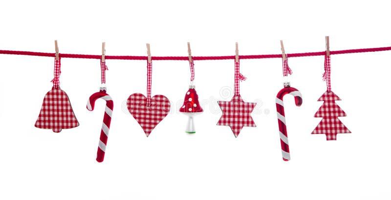 垂悬的被隔绝的红色和白色方格的圣诞节装饰 免版税库存照片