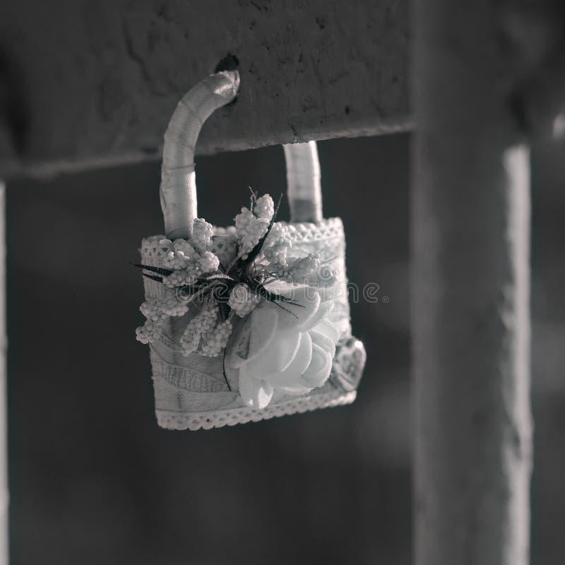 垂悬的锁作为爱和忠诚的标志 库存照片