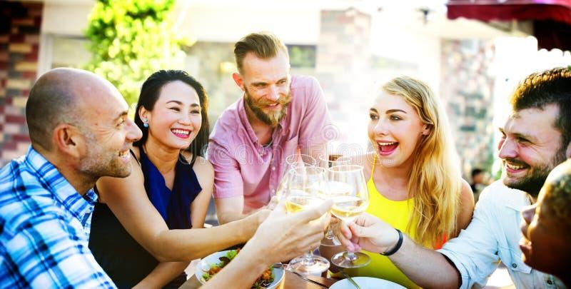 垂悬饮用的概念的不同的人朋友 免版税库存照片