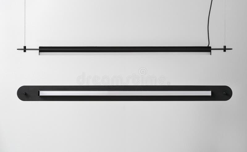垂悬黑金属的灯在灰色墙壁背景在演播室 库存图片