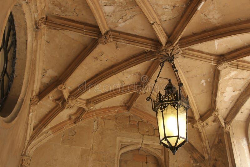 垂悬从一块石天花板的灯笼 免版税图库摄影