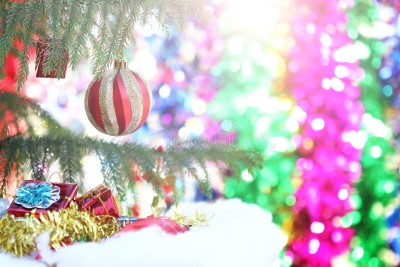 垂悬从一棵装饰的圣诞树的红色中看不中用的物品特写镜头 库存照片