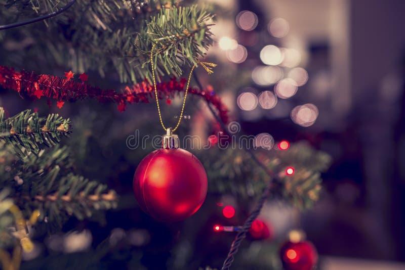 垂悬从圣诞树的红色中看不中用的物品特写镜头 库存照片