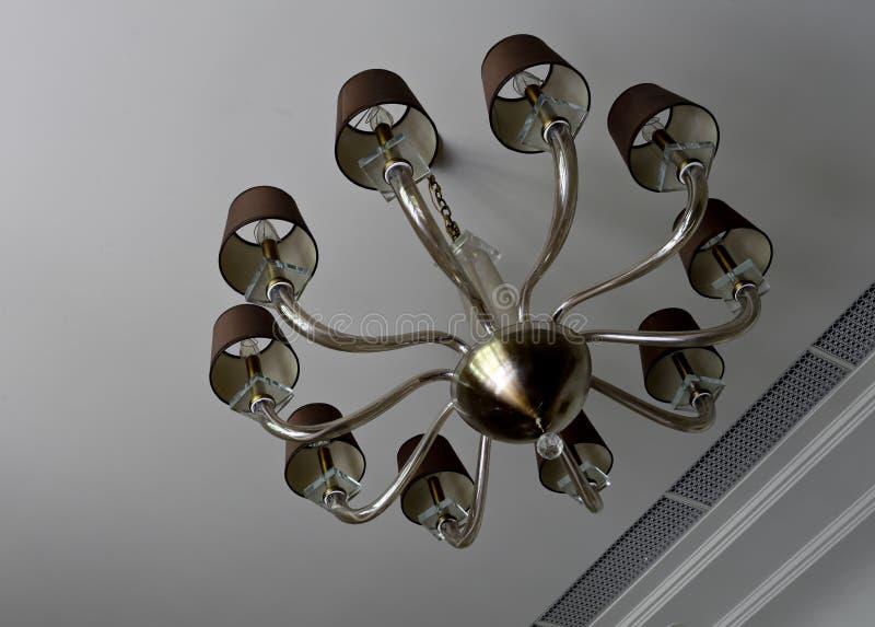 垂悬从天花板的枝形吊灯 免版税库存照片