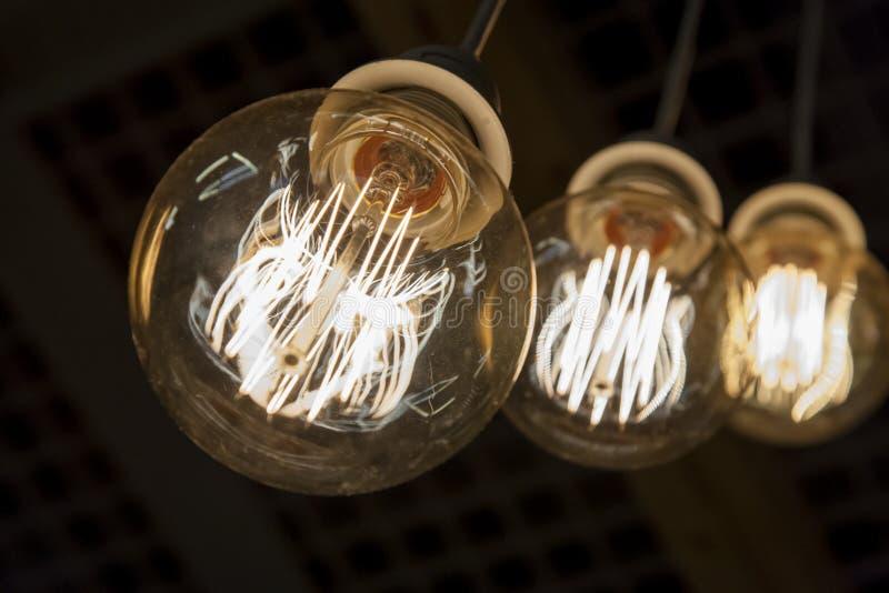 垂悬从天花板的电灯泡 免版税库存照片
