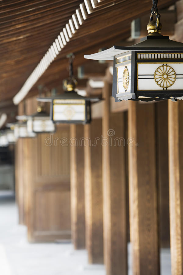 垂悬从房檐的灯笼在明治神宫 免版税图库摄影