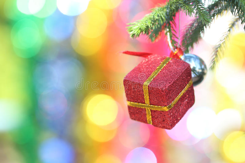 垂悬从装饰的圣诞节的红色礼物盒特写镜头  免版税库存照片