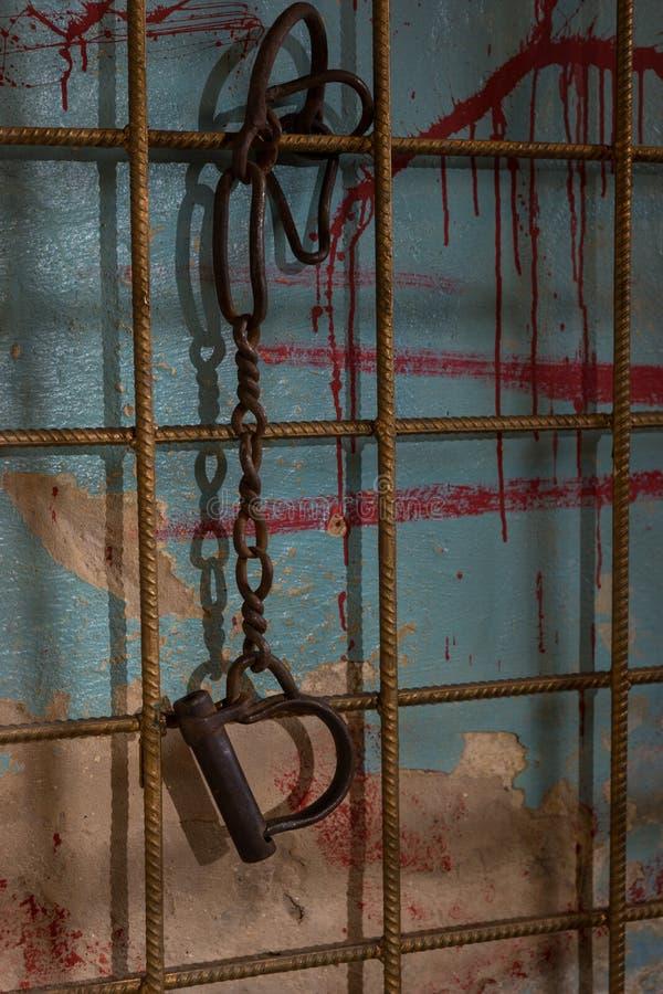 垂悬从链子的手铐 免版税库存照片