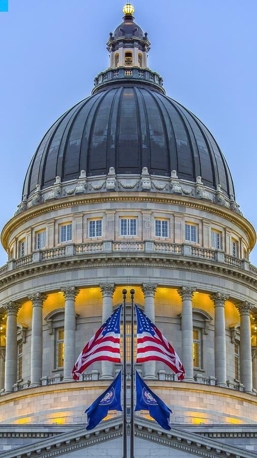 垂直与反射性旗子的犹他首都大厦 皇族释放例证