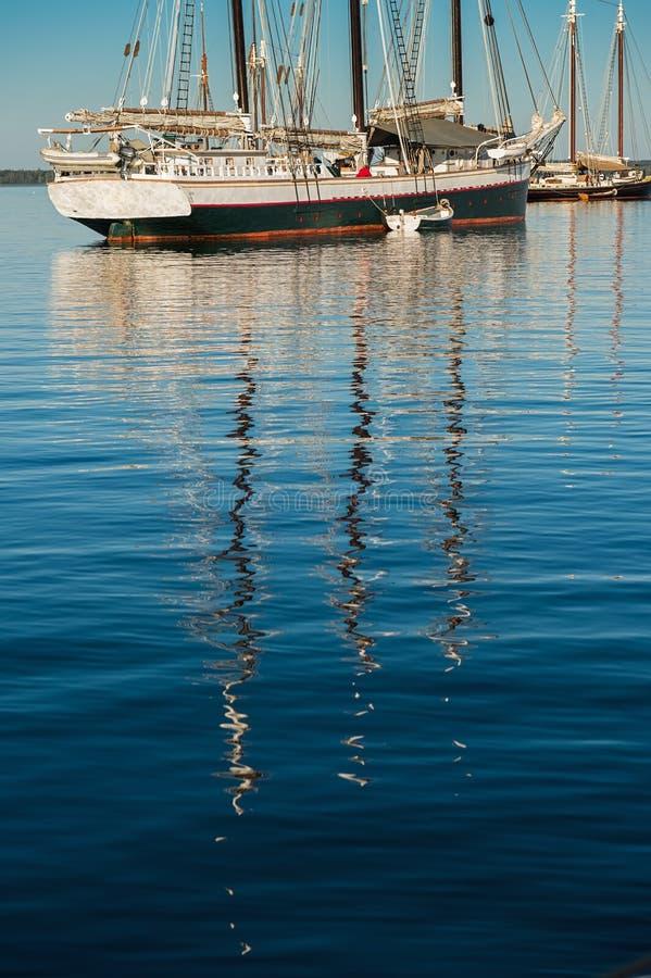 垂直木小船的反射 免版税图库摄影