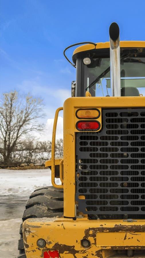 垂直的一个装载者的框架背面图反对积雪的地面和多云天空蔚蓝的在冬天 库存照片