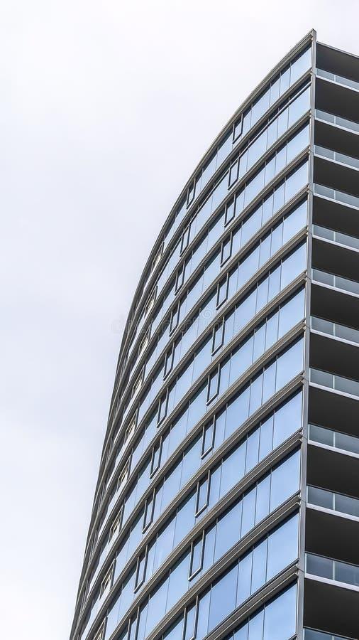 垂直的与一个现代派和最低纲领派建筑设计的框架多楼层大厦 免版税库存图片