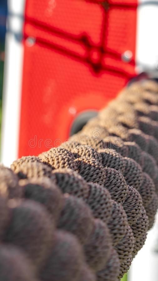 垂直的关闭阳光阐明的一条棕色绳索在一好日子 库存照片