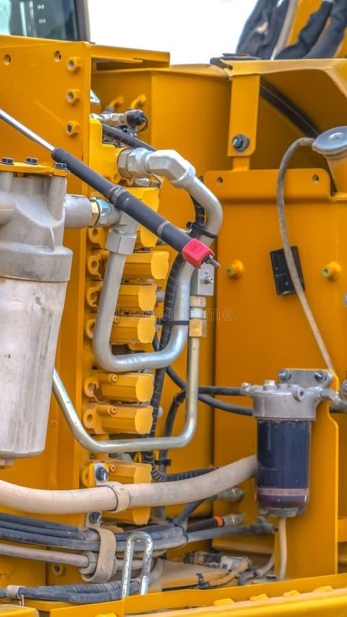 垂直的关闭黄色耐用建筑机械的引擎 库存图片