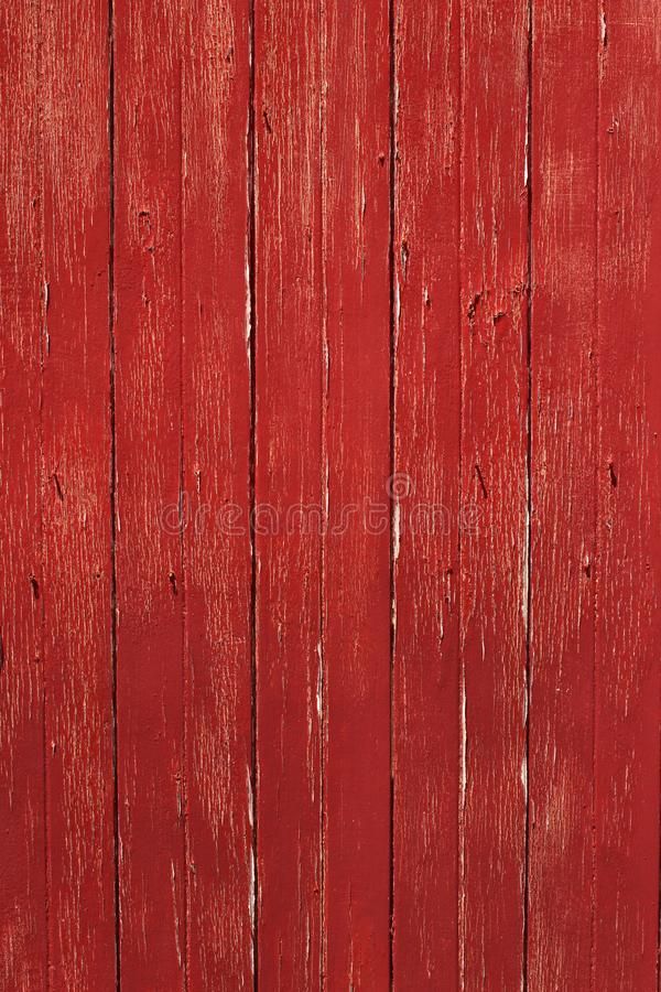 垂直的土气红色木材门 库存图片
