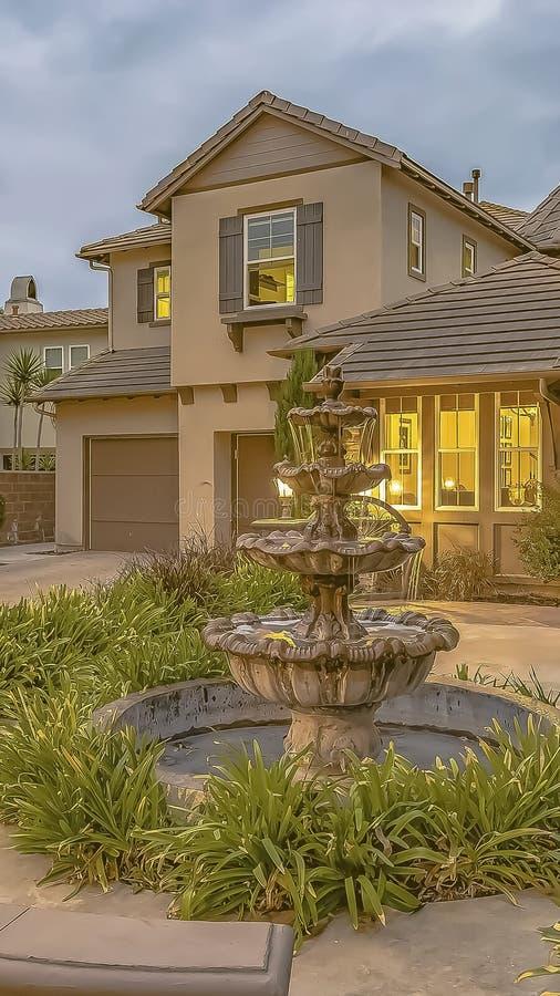 垂直的在一个家的庭院的框架美丽的有排列的喷泉反对天空的与灰色云彩 图库摄影