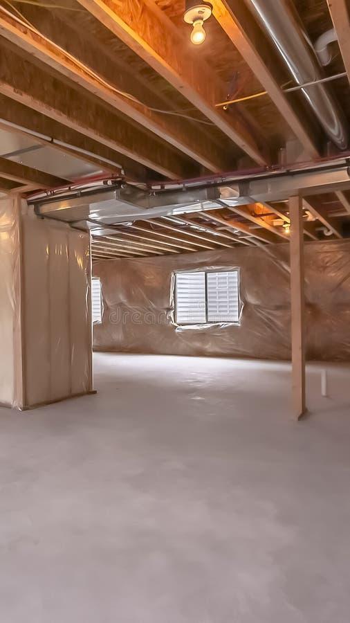 垂直的框架家建设中有内部构筑的射线和塑料被盖的墙壁的 免版税库存图片