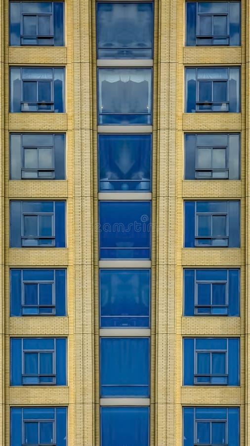 垂直的框架接近公寓窗口和甲板  皇族释放例证