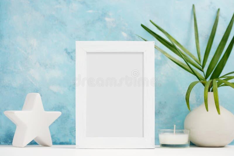 垂直的白色照片框架嘲笑与花瓶的,在架子的陶瓷装饰植物 斯堪的纳维亚样式 库存图片