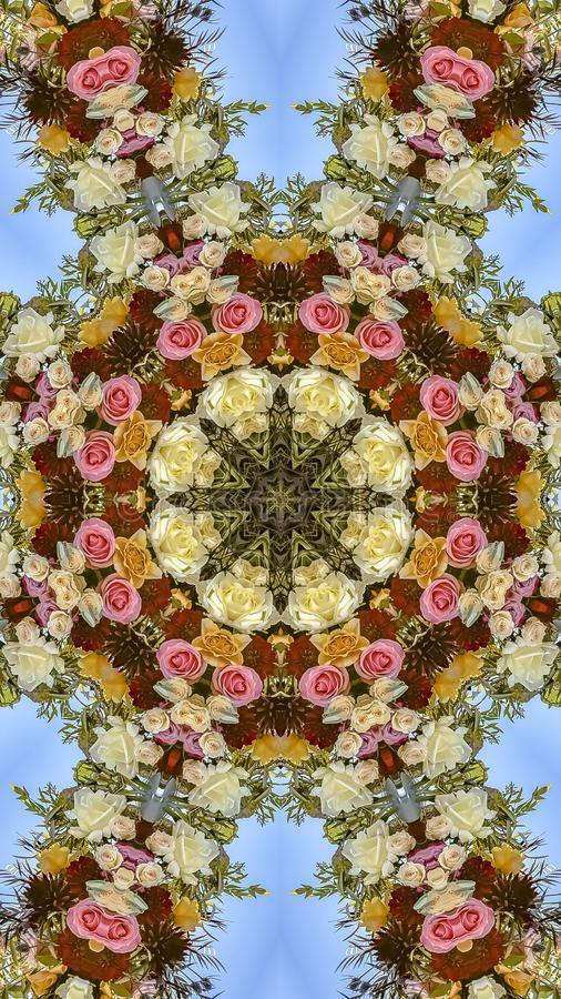 垂直的花框架有趣的显示在圆安排的在婚礼在加利福尼亚 免版税库存照片