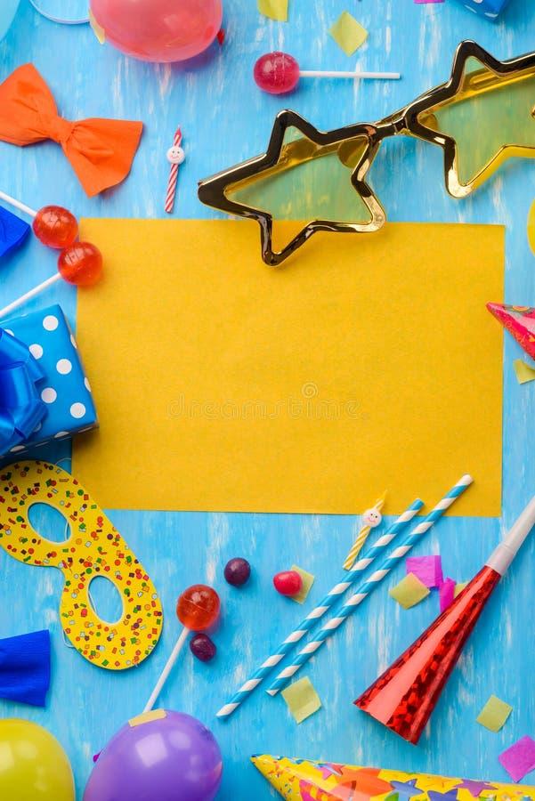 垂直的黄色和蓝色卡片 图库摄影